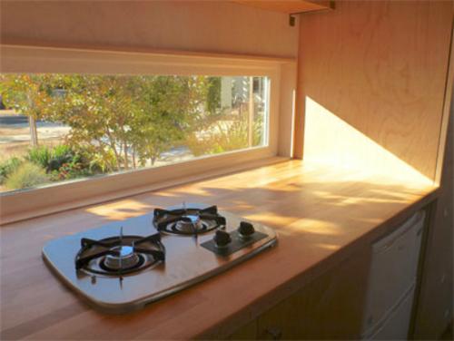 Góc bếp thoáng đãng với cửa sổ ngang, dài đón nắng.