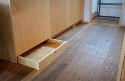 Tủ đựng đồ tận dụng thêm phần chân tủ làm ngăn kéo.
