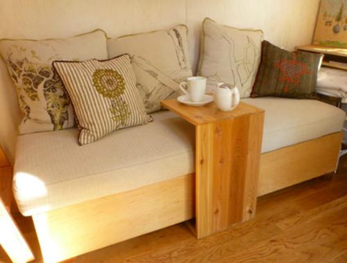 Ý tưởng cho bàn tiếp khách và uống trà hết sức độc đáo, và tiết kiệm được không gian.