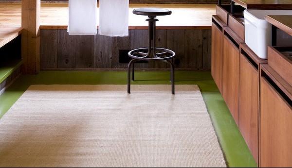 Thay vì sử dụng những tấm thảm, chủ nhân dùng chiếu để trải trên sàn, giúp ngôi nhà mang nét thanh lịch mà vẫn gần gũi.