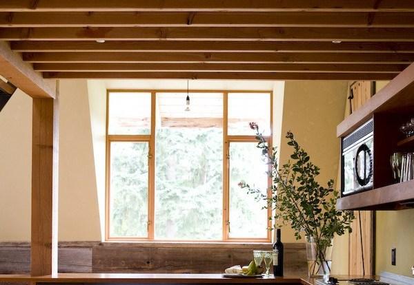 Khung cửa sổ cũng bằng gỗ, được xây dựng với ý tưởng kiểu Nhật.