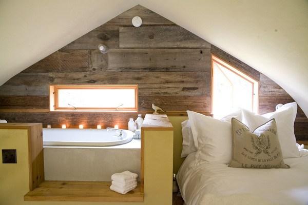 Phòng ngủ tầng áp mái mang không gian mở và có bồn tắm thư giãn ngay trong phòng.