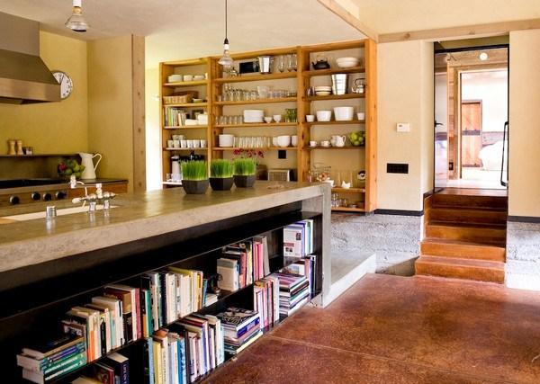 Góc bếp thoáng mát với giá lớn và nơi bày đồ ăn được tận dụng làm giá sách bên dưới.