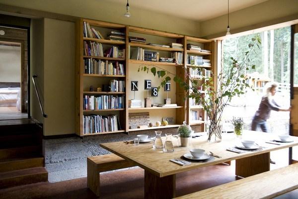 Phòng ăn với bộ bàn ghế gỗ xinh xắn vừa ấm cúng, vừa rộng rãi.