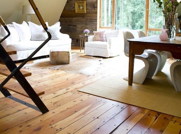 Phòng khách cũng được sử dụng toàn đồ gỗ, với tông màu chủ đạo là trắng và nâu.