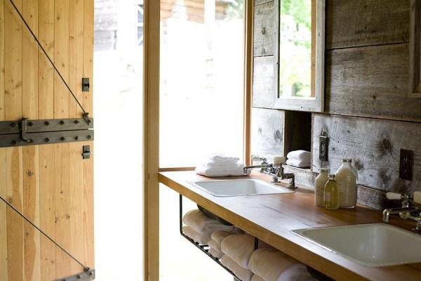 Khu vực phòng tắm sạch sẽ và tạo cảm giác thư thái với kiến trúc, vật dụng bằng gỗ.