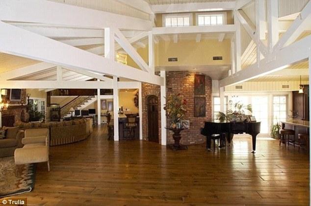 Nhà được lát sàn gỗ, có tường gạch theo phong cách kiến trúc truyền thống.