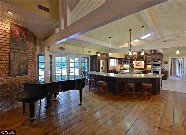 Góc bếp, góc ăn và phòng khách được sắp đặt chung trong một không gian lớn.
