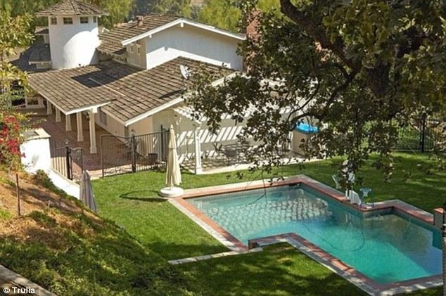 Nhà có bể bơi lớn.