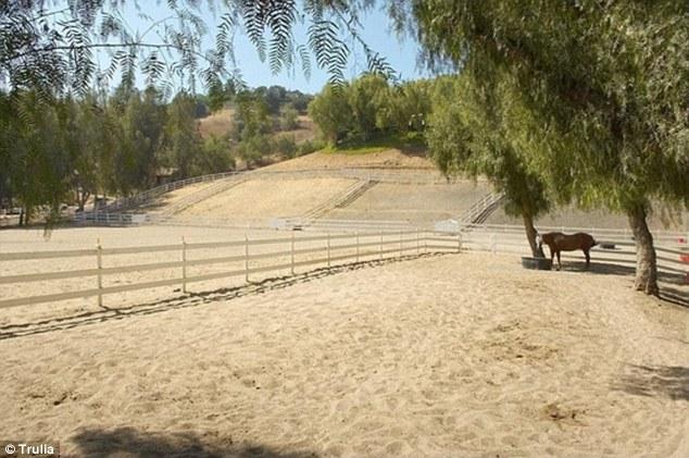 Bãi cưỡi ngựa rộng mênh mang.