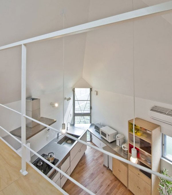 Căn bếp nằm ở góc tam giác trong ngôi nhà.