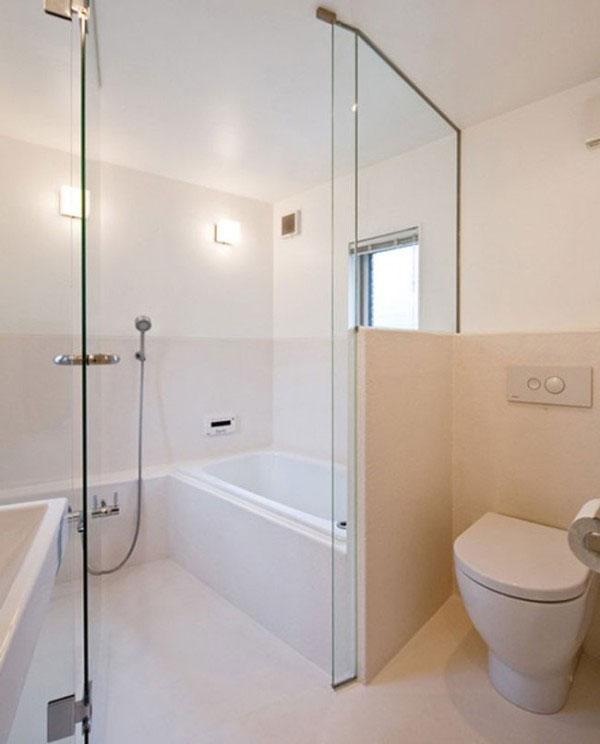 Nhà tắm có gương trong làm cửa ngăn, tạo sự thoải mái cho chủ nhân.