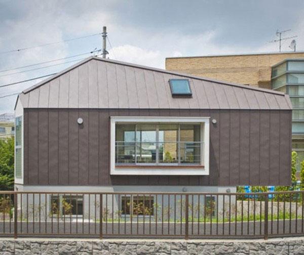 Ngôi nhà với cửa số lớn nhìn từ bề ngang.