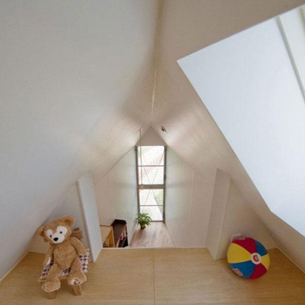 Để giúp không gian trong nhà trở nên thoáng đãng, ngôi nhà có ít cửa sổ nhưng lại là cửa số lớn.