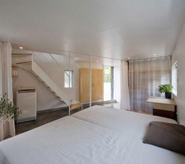 Không gian dưới gầm cầu thang và cạnh cầu thang được tận dụng để cất đồ.