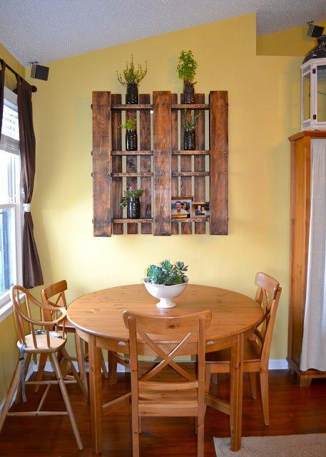 Những mảnh gỗ độc đáo được ghép thành chiếc giá bày các chậu cây xinh xắn.
