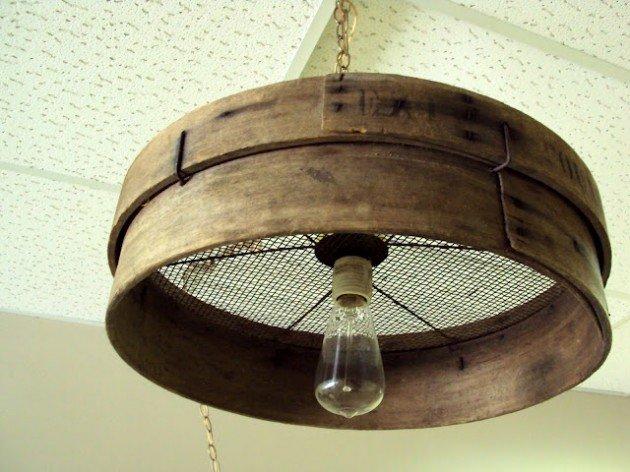 Đèn treo lạ mắt với vòng gỗ cũ.