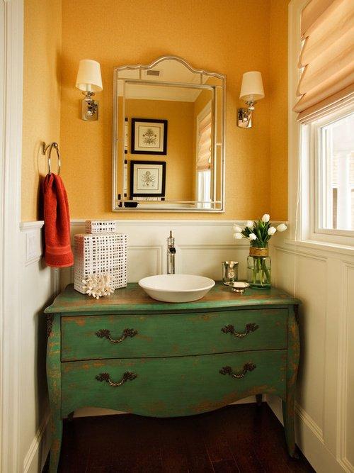 Chiếc tủ trong phòng tắm được sơn lại giúp căn phòng nổi bật hơn.