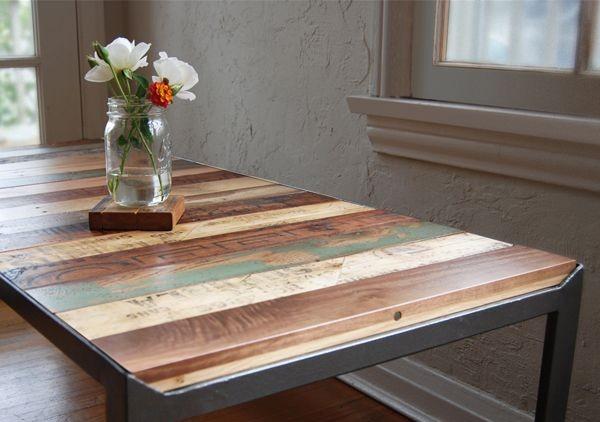Bàn ăn đẹp mắt với bề mặt được làm từ những thanh gỗ.