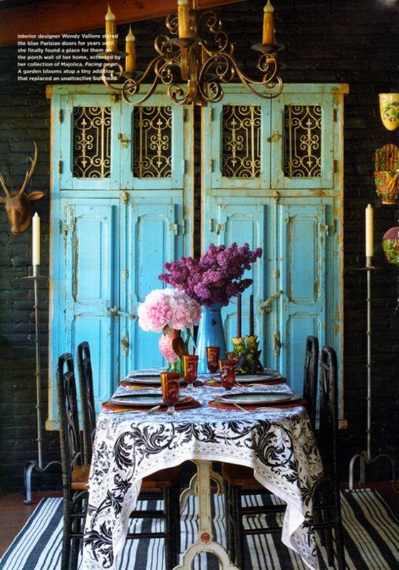 Cánh cửa cũ có tác dụng làm điểm nhấn cho bức tường trong phòng ăn.
