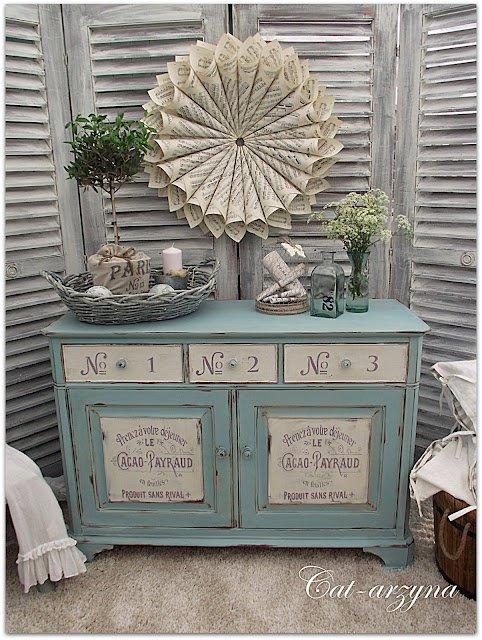 Chiếc tủ đựng đồ trang nhã hơn với màu xanh - trắng, nổi bật với những chữ và số.