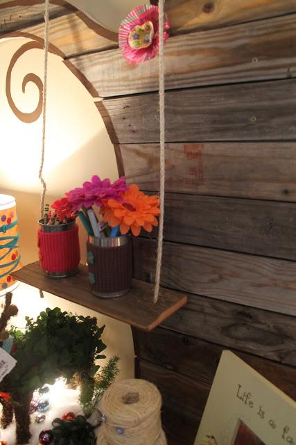 Chiếc xích đu nhỏ được tái sử dụng thành giá để lọ hoa hay lọ bút.