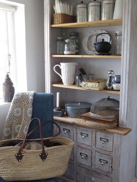 Chiếc tủ bếp được sơn lại mang đậm phong cách Vintage.