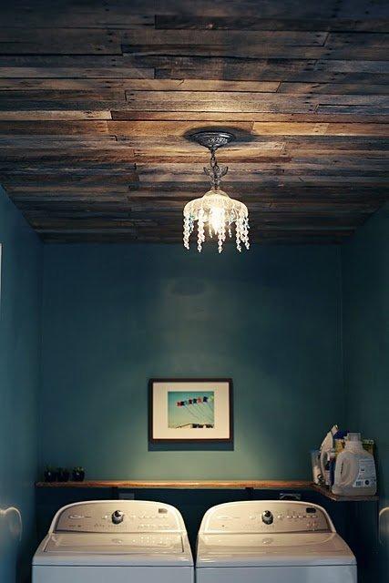 Trần nhà bằng gỗ với đèn chùm điệu đà.