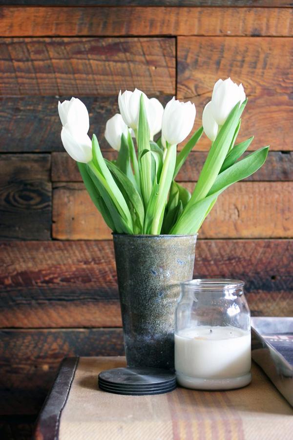Một lọ hoa xinh xắn làm từ đồ tái chế.