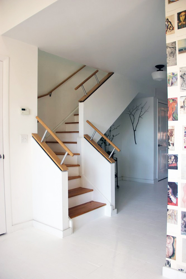 Cầu thang dẫn lên tầng áp mái lạ mắt với tay vịn.