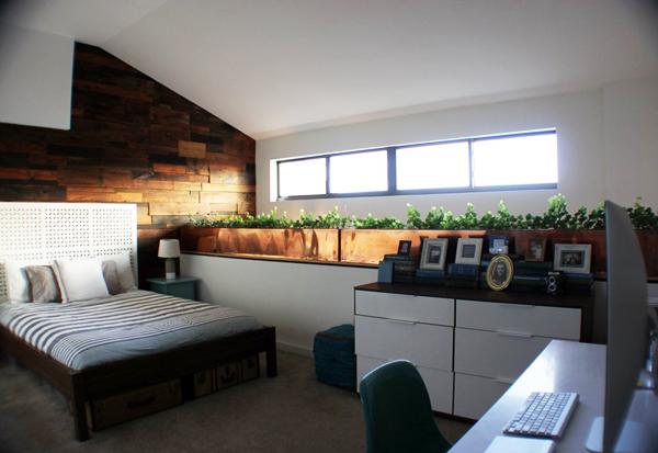 Phòng ngủ cũng có cửa sổ dài đón nắng, gió.