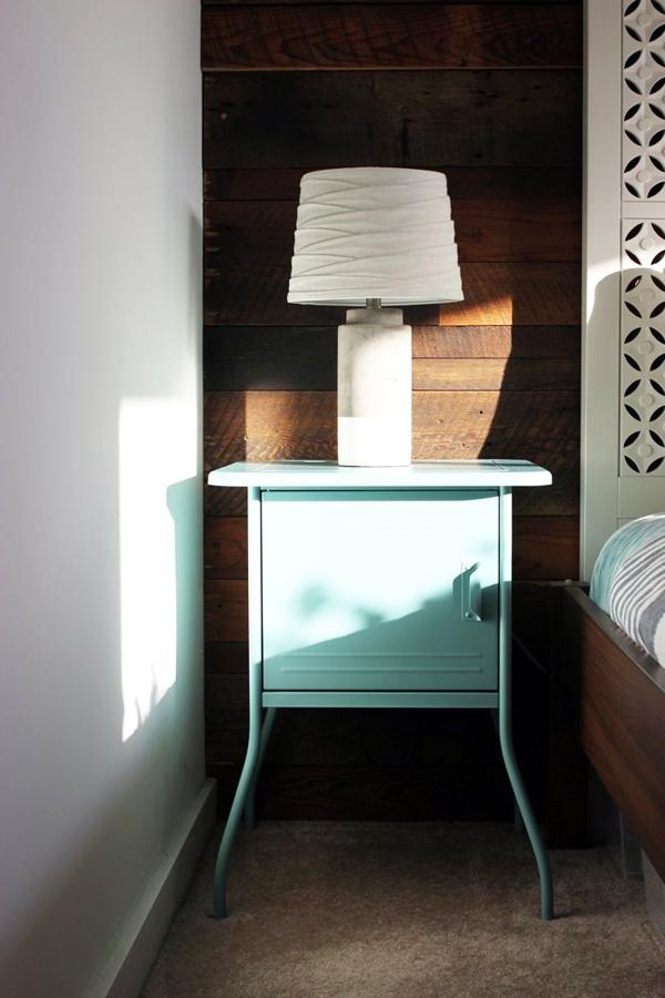 Chiếc tủ đầu giường nhỏ gọn với chân tủ điệu đà.