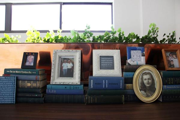 Nhiều sách và khung ảnh mang đậm chất vintage được bày trong phòng.