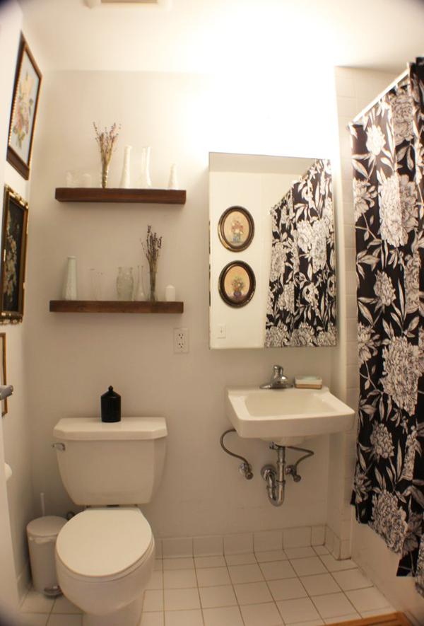 Nhà vệ sinh được tô điểm thêm bằng rèm hoa đen - trắng.