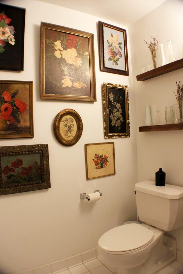 Những bức tranh hình hoa đậm chất cổ điển được treo kín một góc tường.