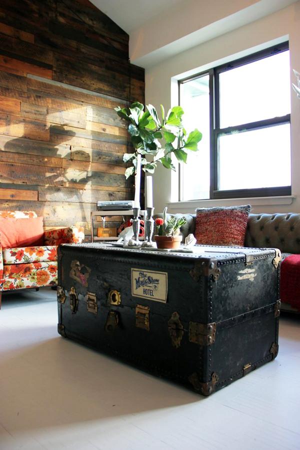 Chiếc vali to được tái sử dụng thành bàn tiếp khách.