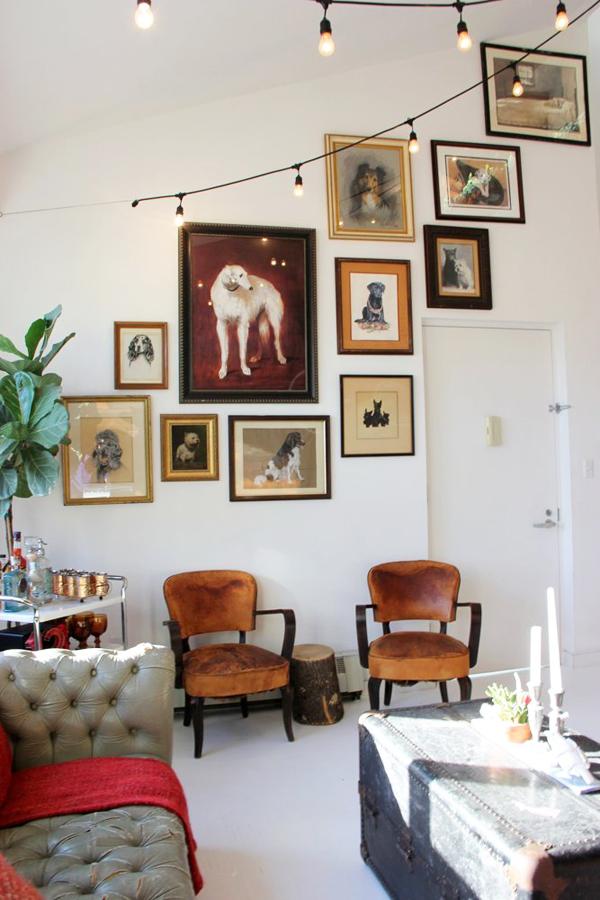 Tranh treo trên tường cho thấy chủ nhân là người rất yêu những chú chó.