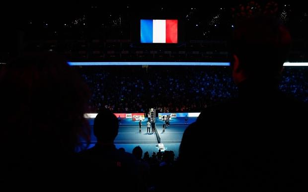 Hai tay vợt và các khán giả dành 1 phút tưởng niệm cho các nạn nhân vụ khủng bố ngày 13/11 tại Paris