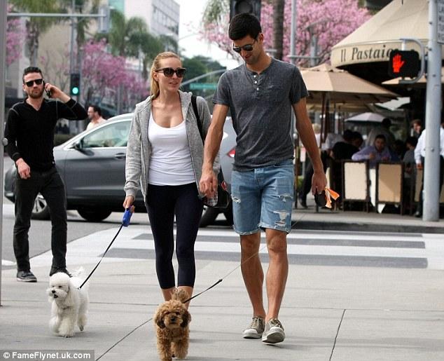 Bát phố cùng thú cưng là sở thích của cặp trai tài gái sắc, nhất là sau mỗi dịp Nole thi đấu thành công.