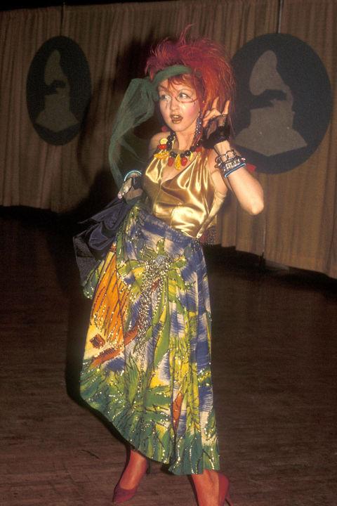 Bộ cánh này của Cyndi Lauper hợp với lễ hội hóa trang Halloween hơi là thảm đỏ Grammy