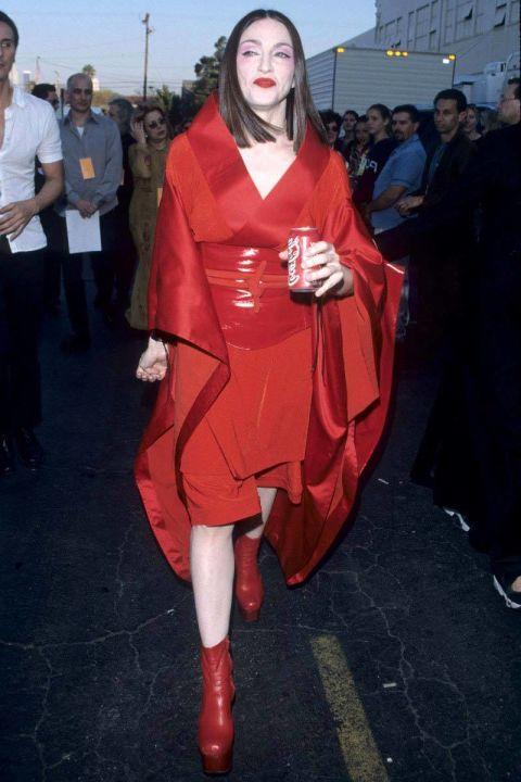 Madonna hù dọa khán giả với gương mặt trắng bệch và bộ trang phục theo phong cách kimono