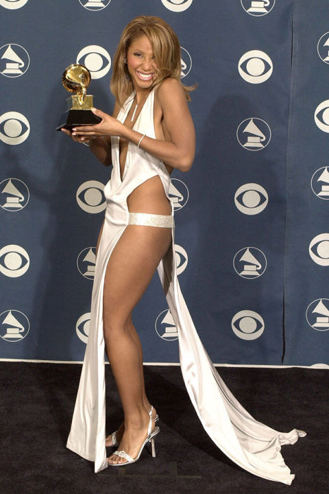 Toni Braxton khiến nhiều người rùng mình bởi màn khoe da thịt quá đà tại lễ trao giải Grammy năm 2001