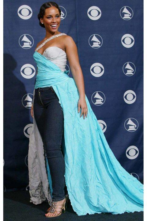 Sự kết hợp giữa quần jeans và một bộ váy nhàu nát đã khiến Alicia Keys trở thành thảm họa thời trang