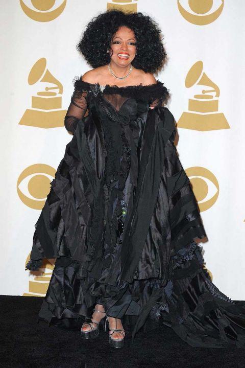 Diana Ross trông giống như một chú quạ đen với bộ trang phục nặng nề và u tối này