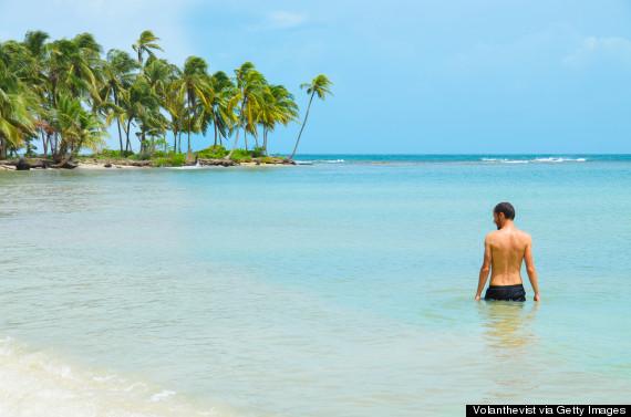 Còn gì tuyệt vời bằng việc được đắm mình trong làn nước trong xanh trên một bãi biển không một bóng người?