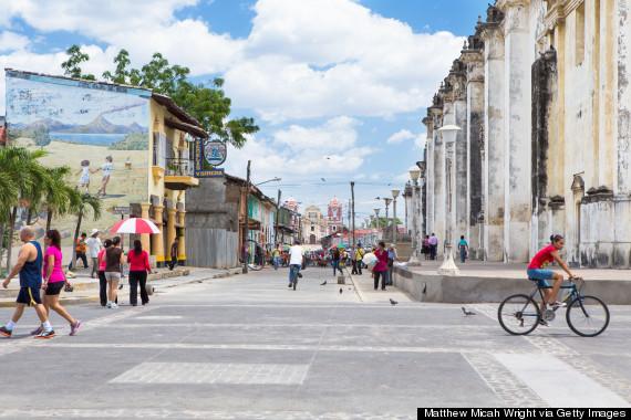 Cuốn sách Lonely Planet đã từng viết: Nhiều người yêu mến Granada, song, họ lại để trái tim mình nằm tại Léon. Thị trấn mang phong cách kiến trúc thuộc địa khoác lên mình một chiếc áo nhuốm màu thời gian với những nhà thờ cổ kính điểm xuyết nét hiện đại của những quán cafe tân thời và nghệ thuật graffity đường phố