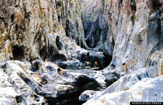 Nếu không muốn leo núi hay lang thang trong các khu rừng, bạn có thể thử khám phá hẻm múi Somonto với khung cảnh hùng vĩ