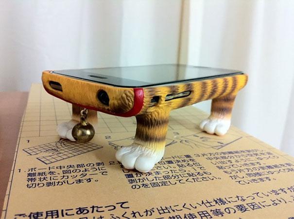 Ốp dễ thương với hình chân mèo vững chắc, mà không cần để giá để Iphone.