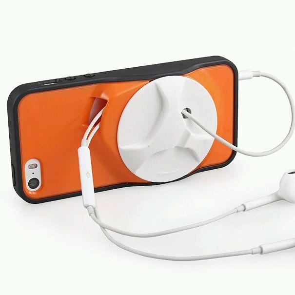 Ốp cũng là loa và chỗ cất tai nghe Iphone.