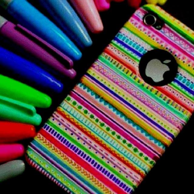 Sử dụng bút màu không phai để tự tạo nên ốp Iphone đẹp mắt.